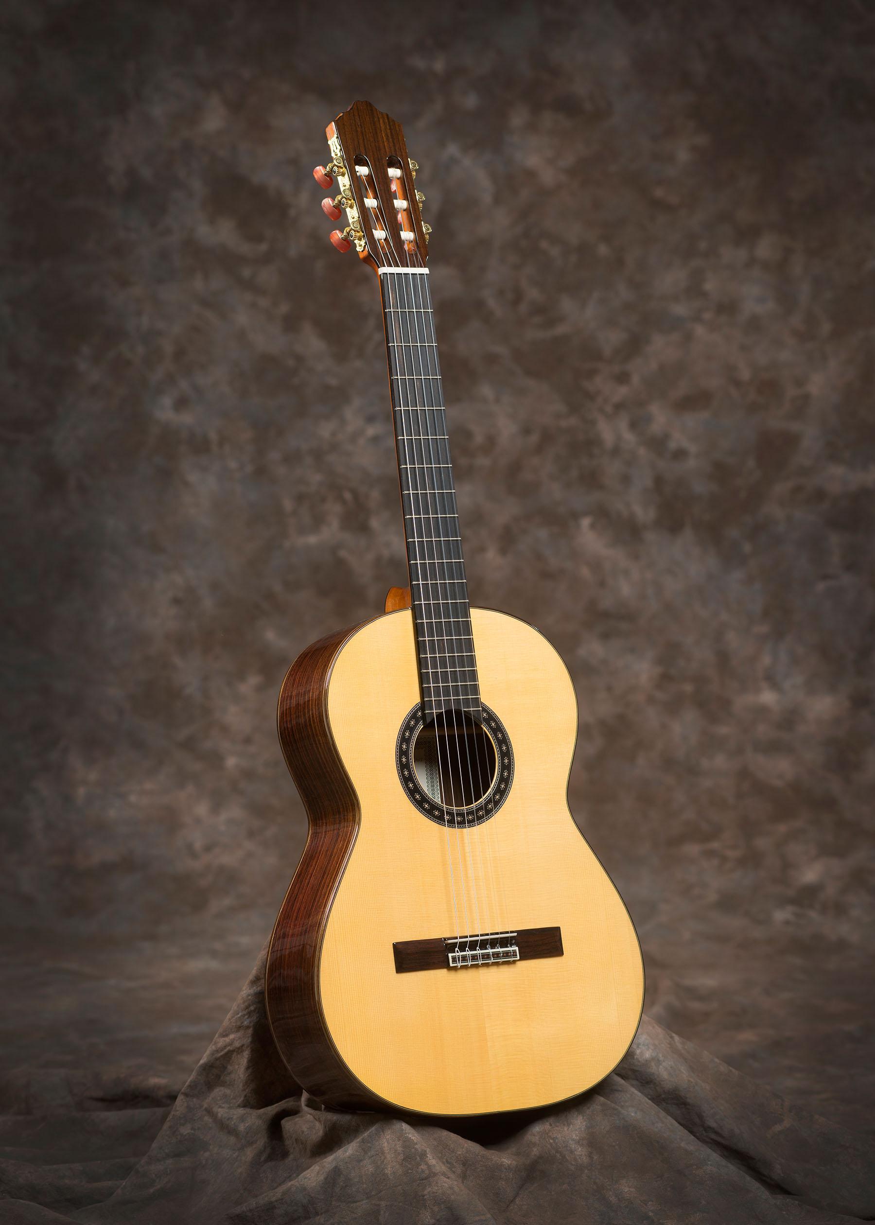 De getoonde gitaar heeft een fichte bovenblad